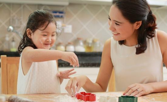 Cùng bé yêu trổ tài làm hộp đựng kẹo hình dưa hấu