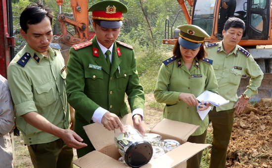 Lào Cai tiêu hủy hơn 8,5 tấn bánh kẹo, đồ chơi trẻ em nhập lậu