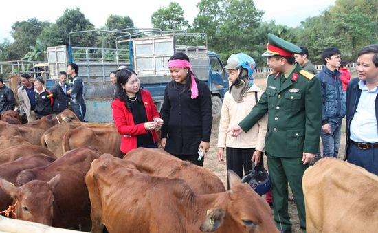 Viettel trao tặng bò giống cho hộ nghèo trong khuôn khổ chương trình 30A của Chính phủ