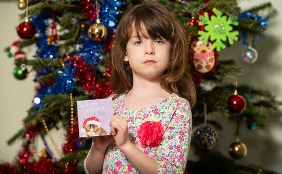 Bé gái phát hiện lời kêu cứu trong thiệp Giáng sinh