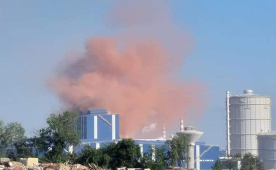 Xuất hiện khói bụi màu hồng bất thường ở Nhà máy thép Hòa Phát