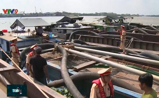 Thủ đoạn khai thác cát trái phép dưới chân cầu Mỹ Thuận