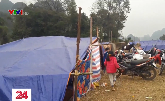 Người dân Cao Bằng dựng lều ngoài đồng vì lo sợ động đất