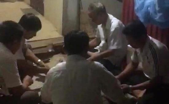 Cách hết chức vụ trong Đảng đối với Bí thư Đảng ủy xã đánh bài ăn tiền