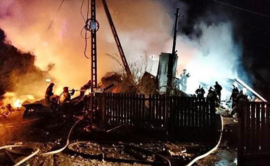 Tìm kiếm người sống sót sau vụ nổ khí gas tại Ba Lan