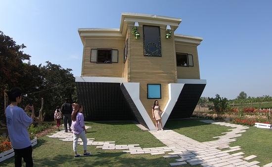 Du khách hào hứng với căn nhà lộn ngược tại Đồng Tháp