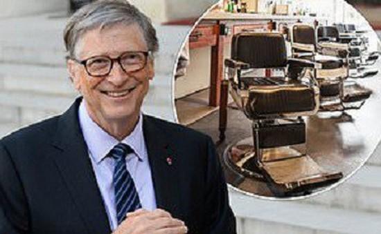 Giàu thứ 2 thế giới, Bill Gates vẫn xếp hàng chờ cắt tóc