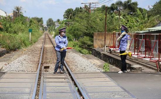 Khen thưởng 2 nữ nhân viên đường sắt cứu người