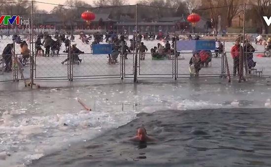 Thú vui bơi trong hồ nước lạnh giá