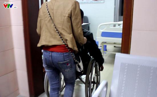 Thương cảm người đàn ông ngồi xe lăn cùng vợ đi tìm cơ hội có con