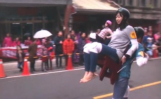 Độc đáo cuộc thi cõng vợ đầu năm mới tại Đài Loan (Trung Quốc)