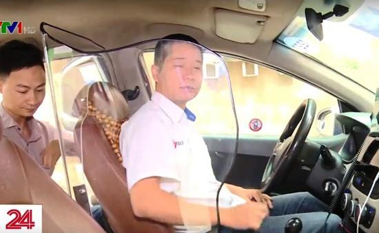 Hà Nội: Tài xế taxi lắp vách ngăn tự bảo vệ