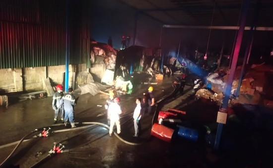 Cháy lớn tại 2 nhà máy sản xuất giấy trên đường tránh Huế