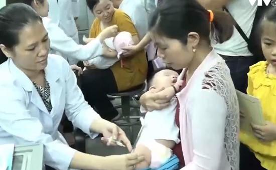 Xếp hàng đi tiêm vaccine cho con do lo ngại dịch bệnh lan rộng