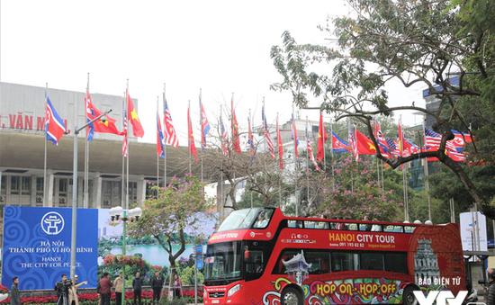 """Đường phố Hà Nội """"khoác áo mới"""" chào mừng Hội nghị Thượng đỉnh Mỹ - Triều lần 2"""