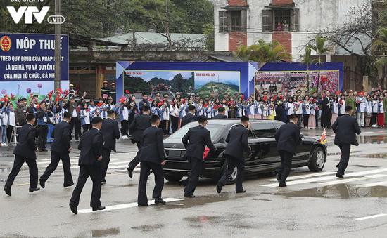 VIDEO Đội cận vệ Triều Tiên chạy theo tháp tùng limousine chở Chủ tịch Kim Jong-un về Hà Nội