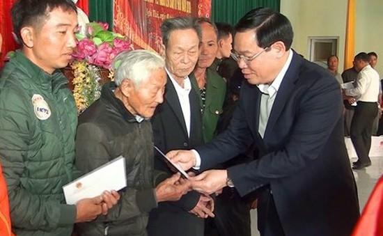 Phó Thủ tướng Vương Đình Huệ chúc Tết và tặng quà cho các hộ nghèo tại Nghệ An