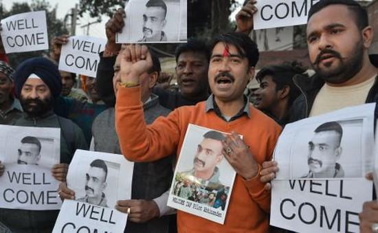 Pakistan công bố thời điểm trao trả phi công Ấn Độ