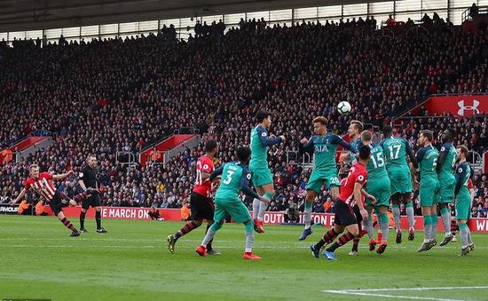 Sao Southampton lập 2 siêu phẩm sút phạt liên tiếp trước Man Utd và Tottenham