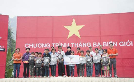 Trao tặng 1.000 góc học tập và 6.000 lá cờ Tổ quốc tại các tỉnh biên giới