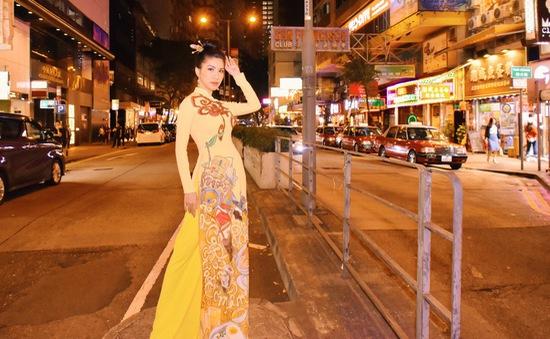 Hoa hậu Loan Vương mặc áo dài dạo phố đêm Hong Kong, Trung Quốc