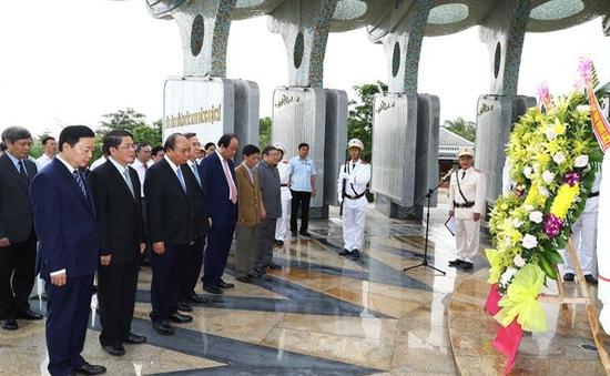 Thủ tướng dâng hương và thăm các gia đình liệt sĩ tại Quảng Nam