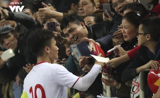 Thắng chưa vui, Quang Hải vẫn niềm nở ký tặng người hâm mộ