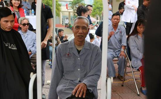 Cắt tóc miễn phí và tặng quà cho người bệnh tại Quảng Ninh