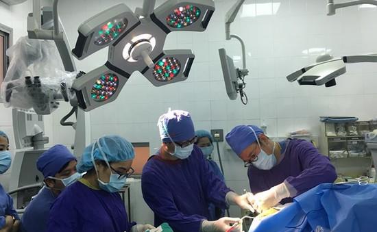 Tận mục sở thị bệnh nhân nằm hát khi... bác sĩ đang cắt khối u não