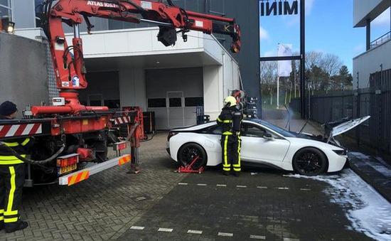 Nhúng nguyên xe BMW i8 chìm trong nước để chữa cháy