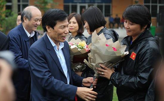 Bộ trưởng Nguyễn Ngọc Thiện tặng hoa các cầu thủ nữ nhân ngày 8/3