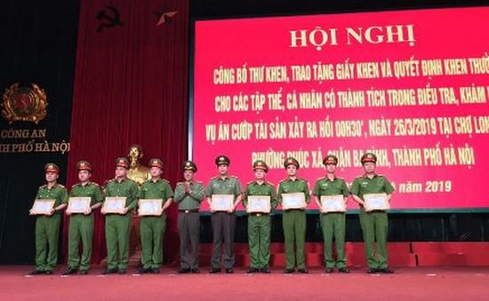 Tặng Giấy khen cho tập thể phá vụ án dùng súng cướp tiền ở chợ Long Biên