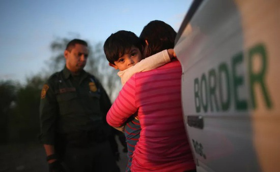 Mỹ ngừng chính sách tách trẻ em nhập cư trái phép khỏi bố mẹ