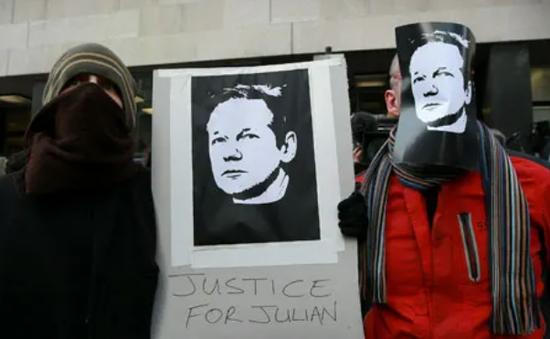 """Nhóm tin tặc Anonymous """"tuyên chiến"""" với Chính phủ Anh"""