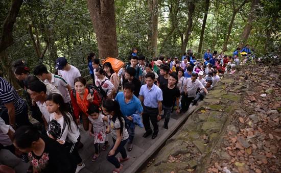Người dân nườm nượp dâng hương tưởng niệm các Vua Hùng