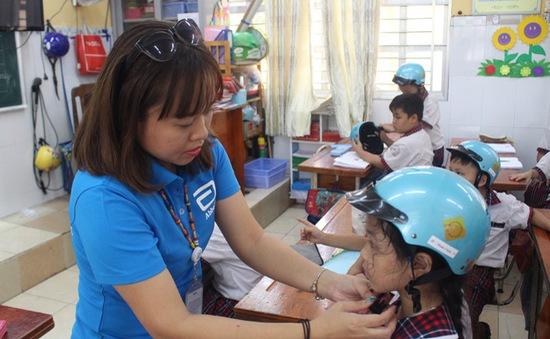 Trao tặng hơn 1.000 mũ bảo hiểm miễn phí cho học sinh và giáo viên