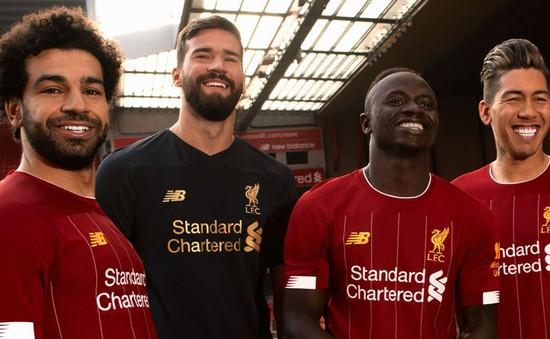 """Alisson """"cuỗm"""" áo số 1 của tội đồ Liverpool trong trang phục sân nhà 2019/20"""