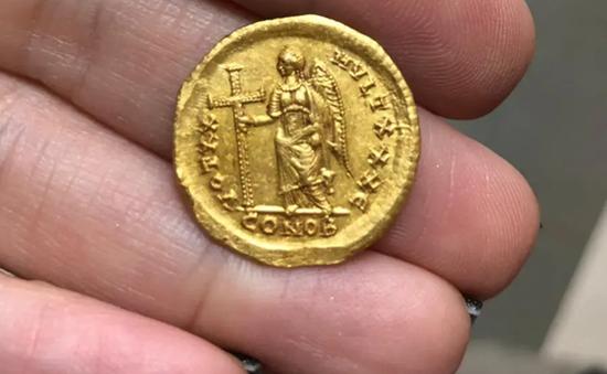 Phát hiện đồng tiền vàng niên đại 1.600 năm tuổi tại Israel