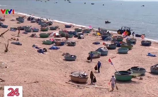 Ngư dân tự nguyện thu gom rác trên biển