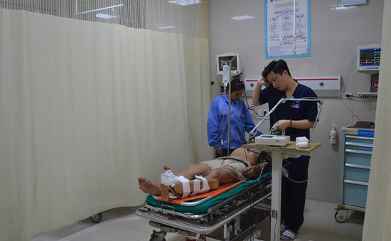 Vào tận hiện trường cấp cứu người đàn ông bị lưỡi máy cắt chè văng vào cổ chân