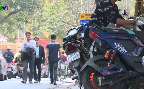 Sau 2 năm, vỉa hè Hà Nội vẫn được tận dụng tối đa để kinh doanh, buôn bán