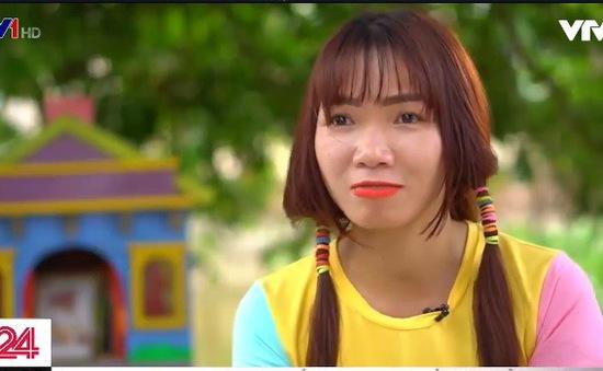 Cô gái trẻ đạp xe xuyên Việt nhặt rác