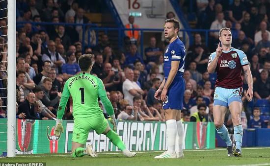 Hòa Burnley, Chelsea gặp khó trong cuộc đua top 4