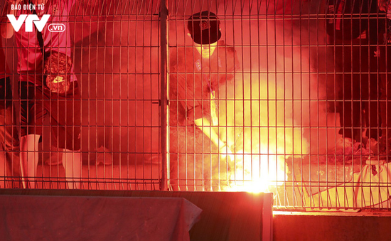 CĐV Hải Phòng đốt pháo sáng, sân Hàng Đẫy bị treo