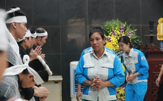 """Người thân, đồng nghiệp xót thương đưa tiễn nữ công nhân môi trường bị """"xe điên"""" đâm tử vong"""