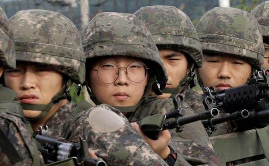 Binh lính đồng tính sống hai cuộc đời trong doanh trại Hàn Quốc