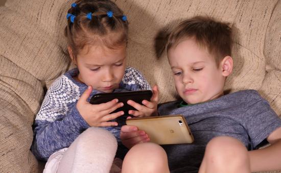 WHO khuyến cáo: Trẻ em không nên xem màn hình máy tính quá 1h mỗi ngày