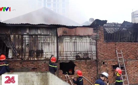 Cháy lớn 3 ngôi nhà trên đường Lạc Long Quân, Hà Nội