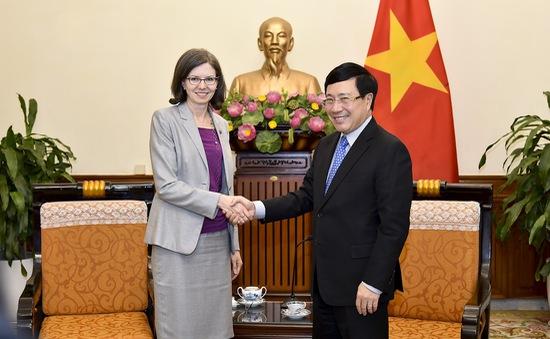 Phó Thủ tướng Phạm Bình Minh tiếp Đại sứ Canada Deborah Paul chào xã giao