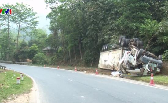 Xe container bị lật ngửa tại Điện Biên
